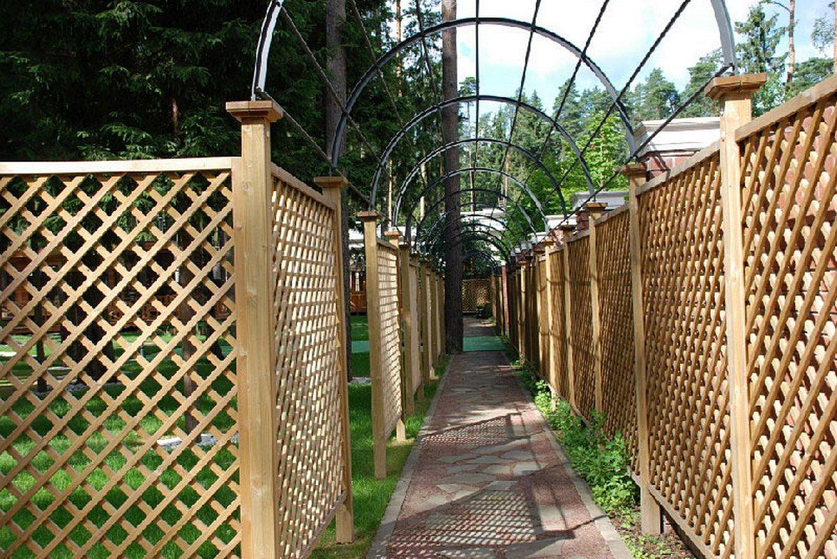 Забор из фасадной сетки фото